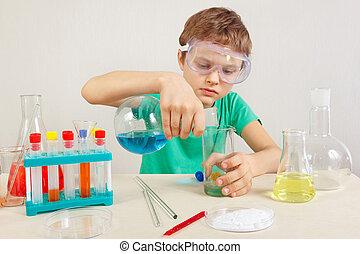 litet, forskare, in, säkerhetsgoggles, gör, kemisk, prov, in, laboratorium