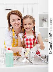 litet, kvinna, tvättning diskning, flicka, kök