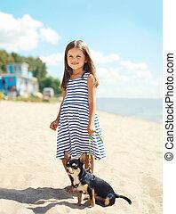 litet, leende flicka, vandrande, med, hund, stranden, in, solig, sommar dag, nära, hav, barn, med, valp, utomhus