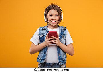 litet, musik lyssna, skolflicka, stående, glad