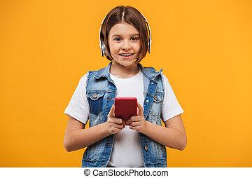 litet, musik lyssna, skolflicka, stående, le