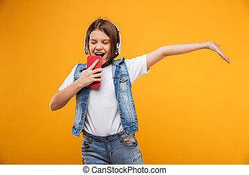 litet, musik lyssna, skolflicka, stående, lycklig