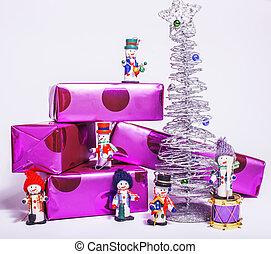 litet, söt, stilig, snowmen, toys, med, purpur, gåvor, och, silver, träd, isolerat, vita