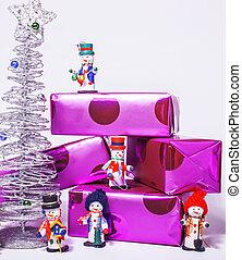 litet, söt, stilig, snowmen, toys, med, purpur, gåvor, och, silver, träd, isolerat, vita, tillsluta