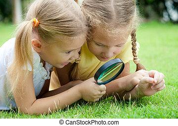 litet, utomhus, flickor, två, förstoringsglas, tid, dag