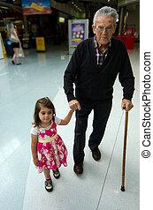 littel, menina, ajudando, e, suportar, dela, bisavô