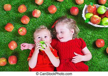 Little childrenl eating apples
