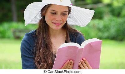 livre, brunette, heureux, lecture