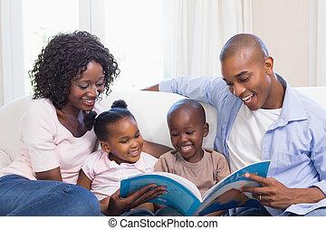 livre contes, lecture, famille heureuse, divan
