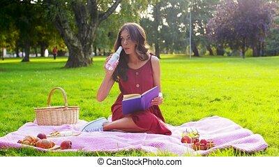 livre, femme, parc, heureux, été, pique-nique, lecture