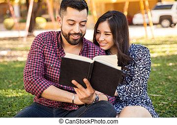 livre lecture, ensemble, dehors