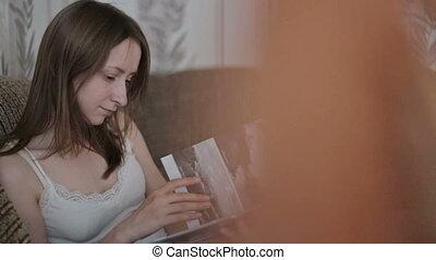 livre lecture, femme, jeune, divan