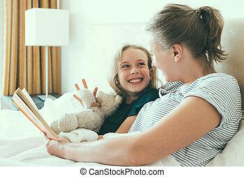 livre lecture, fille, bed., mère