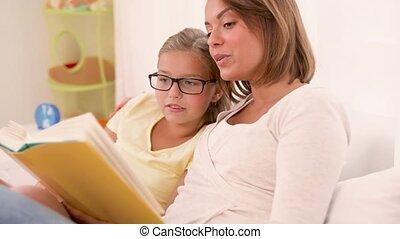livre, mère, maison, lecture fille, heureux