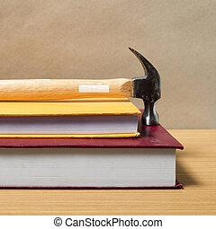 livre, marteau
