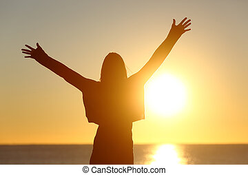 livre, mulher, braços elevando, observar, sol, em, amanhecer