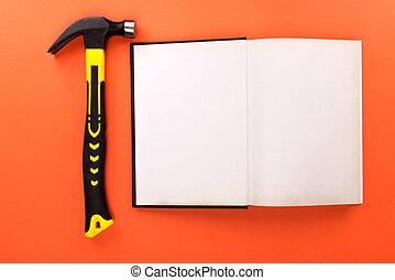 livre ouvert, marteau