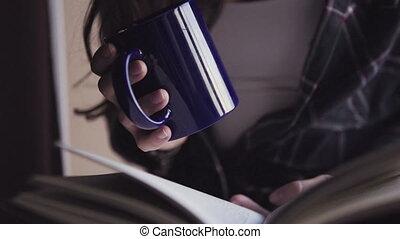 livre, prise, tasse, chaud, jeune, femme, gros plan, ouvert, métrage, mains, drink.