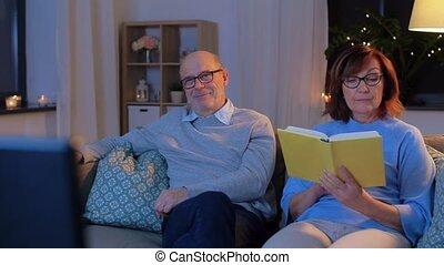 livre, regarder, personne agee, lecture, tv, couple, maison