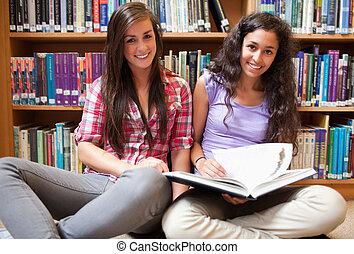 livre, sourire, étudiants, femme