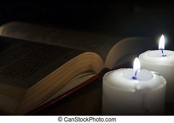 livres, bois, bougies, table, sombre, ouvert