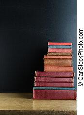 livres, bureau, empilé, vieux