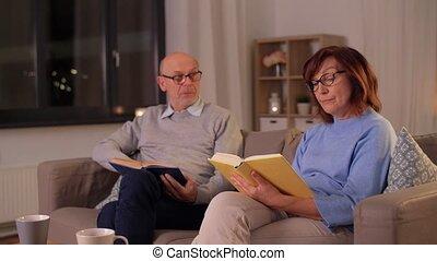 livres, couple, heureux, personne agee, lecture, maison