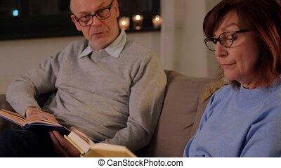 livres, couple heureux, personne agee, maison, lecture
