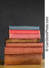 livres, empilé, sur, classe, bureau, à, tableau, fond
