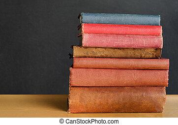 livres, empilé, sur, classe, bureau