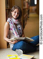 livres, femme, allée, sourire, étudiant, bibliothèque