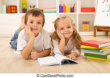 livres, heureux, gosses, pose, plancher