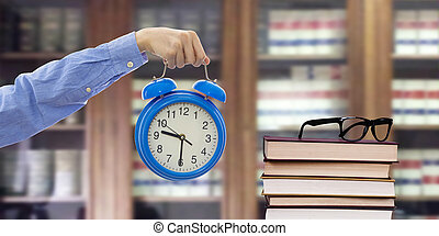 livres, main, montre, bibliothèque, étagères