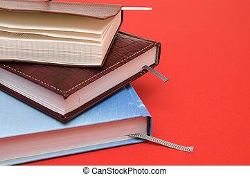 livres, pile, fond, rouges