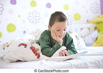 livro, cama, menino jovem, leitura, seu