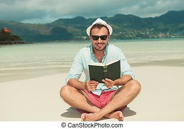 livro leitura, verde, sorrindo, desfrutando, praia, homem