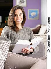 livro, mulher, jovem, mentindo, sofá