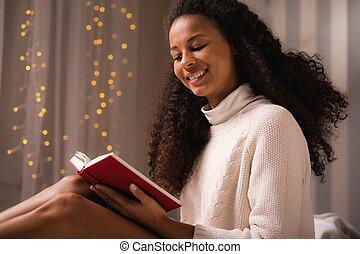 livro, mulher sorridente, jovem, leitura