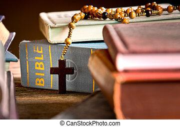 livros, bíblia, rosário, estante de livros