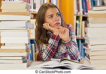livros, bonito, sentando, estudante, pilhas, sério, entre