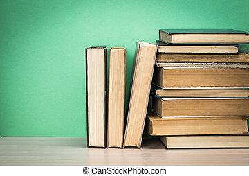 livros velhos, ligado, um, madeira, prateleira