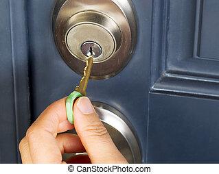 llave de la casa, cerradura, hembra, puerta, poniendo, mano