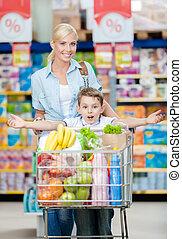 lleno, carrito, hijo, productos, madre, mercado