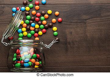 lleno, colorido, tarro de cristal, dulces, volcado