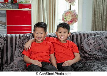 llevando, asiático, niños, camisas, dos, sonrisa, chino, ...