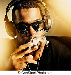 Llevando, auriculares, coyuntura, africano, Fumar, hombre,...