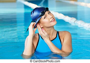 llevando, azul, mujer, joven, traje, sombrero, piscina, natación