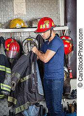 llevando, bombero, uniforme