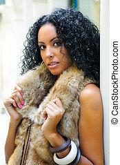 llevando, chaleco, piel, moda, joven, mujer negra, modelo