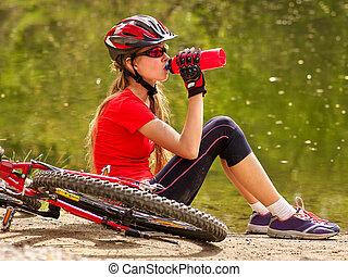 llevando, ciclismo, bicicletas, botella, water., niña, helmet., bebida